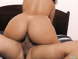 Jessyca Arantes shows off her juicy ass during sex