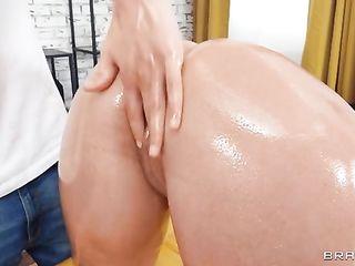 Massage therapist gives intimate massage to Sofia Lee